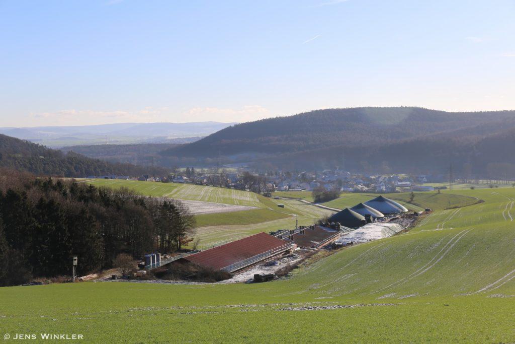 Blick von Nordwesten Richtung Kerstenhausen und Schwalmpforte mit der nahegelegenen Biogasanlage im Vordergrund.